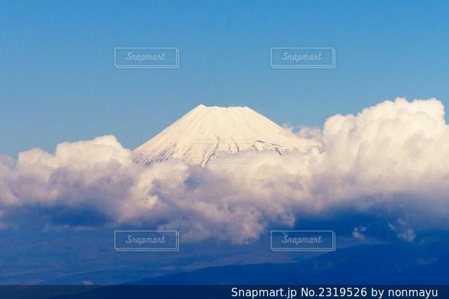 ふわふわな雲に覆われた趣きある富士山の写真・画像素材[2319526]