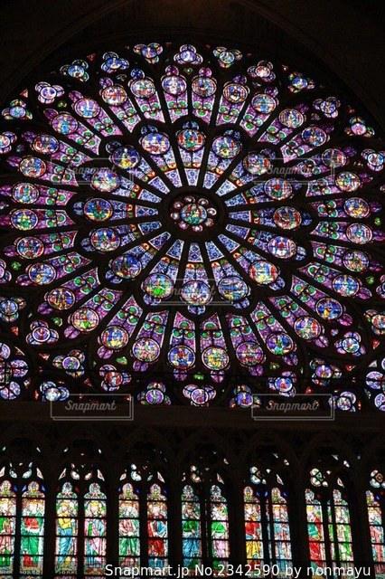 パリノートルダム大聖堂の繊細でカラフルなステンドグラスの写真・画像素材[2342590]