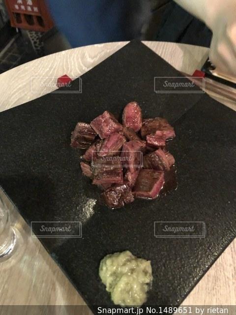 近くのテーブルの上に食べ物をの写真・画像素材[1489651]
