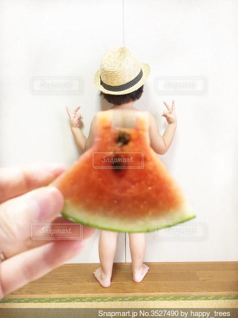 果物を持つ手 スイカ ワンピース 遠近法の写真・画像素材[3527490]