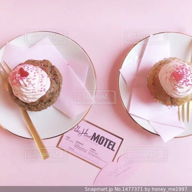 皿にチョコレート ドーナツの写真・画像素材[1477371]