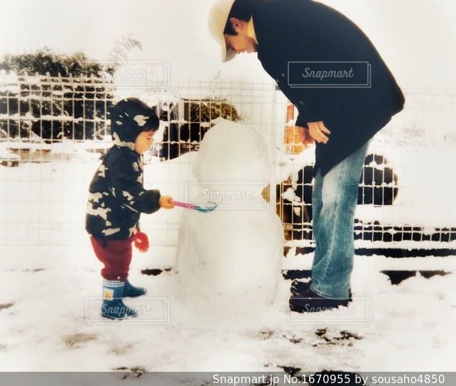 雪遊びをしている親子の写真・画像素材[1670955]