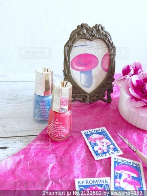 ピンクのきのこの雑貨とマニキュアと筆と花の写真・画像素材[2122502]