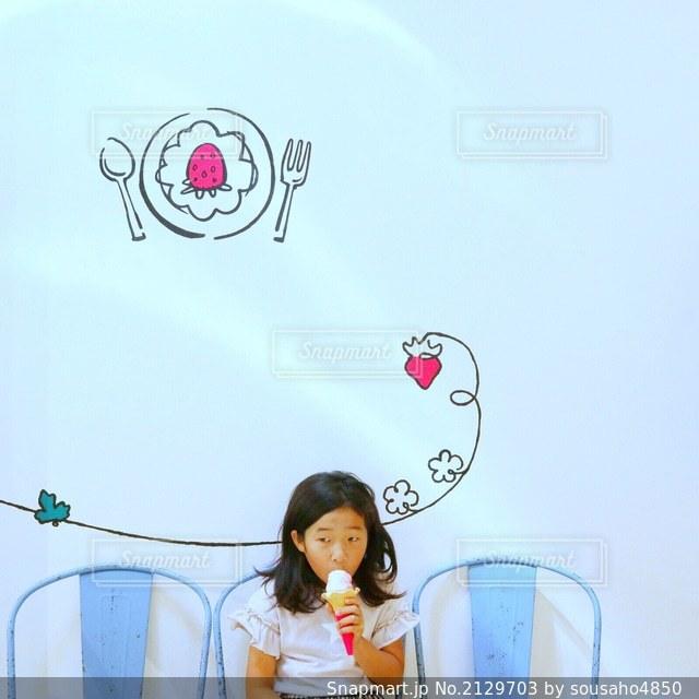 いちごのソフトクリームをカフェで食べる女の子の写真・画像素材[2129703]