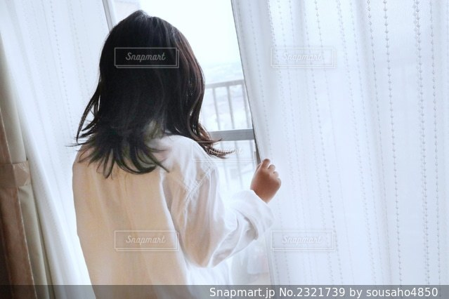白いシャツを着た女性の写真・画像素材[2321739]