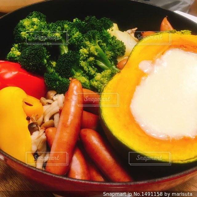 肉や野菜がいっぱい入ったボールの写真・画像素材[1491158]