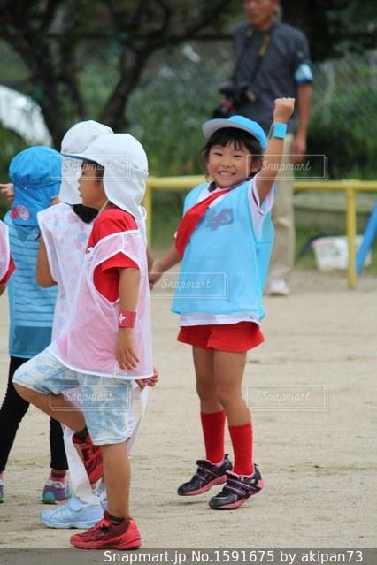 サッカー ボールを保持している小さな女の子の写真・画像素材[1591675]