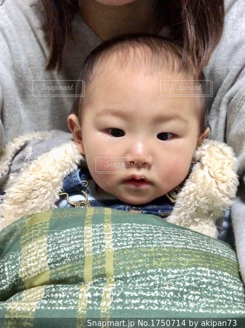 赤ちゃんのぬいぐるみを保持の写真・画像素材[1750714]