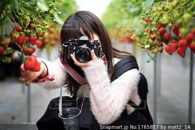 カメラにポーズ鏡の前に立っている女性の写真・画像素材[1765817]