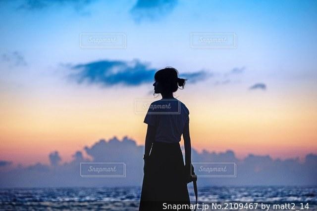 夕陽と空と半袖の写真・画像素材[2109467]