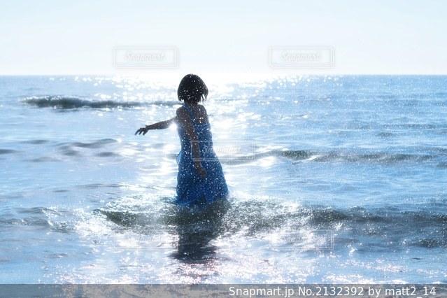 水の体の上で波に乗っている人の写真・画像素材[2132392]