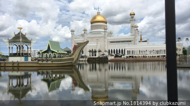水の体の上のスルタン オマール ・ アリ ・ サイフディーン ・ モスクの写真・画像素材[1814394]