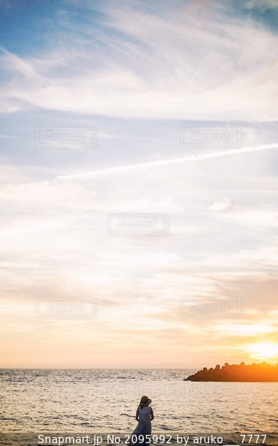 夕焼けに佇む女性の写真・画像素材[2095992]