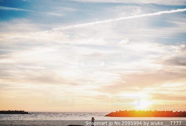ビーチに沈む夕日の写真・画像素材[2095994]