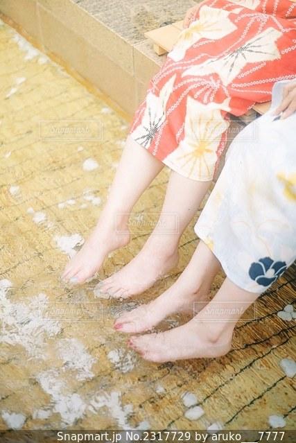 水浴びする浴衣の女性の写真・画像素材[2317729]