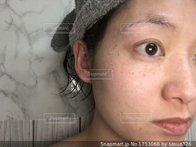 お風呂あがりのすっぴんの写真・画像素材[1753068]