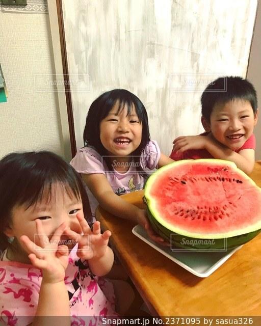 すいか食べるよの写真・画像素材[2371095]