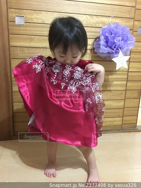 ドレスを着る娘の写真・画像素材[2377406]