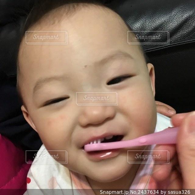 歯が2本の写真・画像素材[2437634]