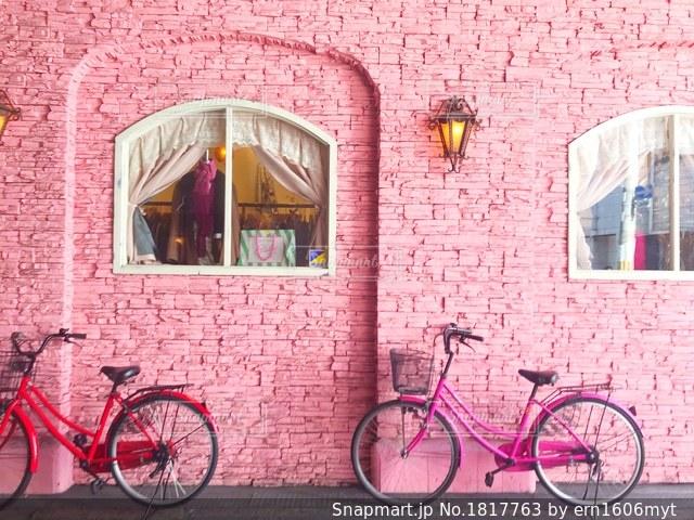 れんが造りの建物の前に自転車止めてください。の写真・画像素材[1817763]
