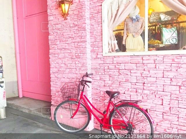 赤いれんが造りの建物の前に駐車した自転車の写真・画像素材[2121664]