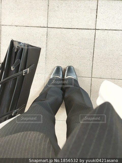 スーツとネクタイで横になっている男の写真・画像素材[1856532]
