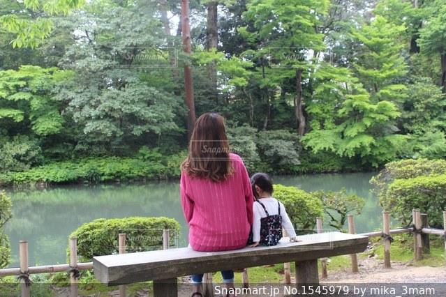 ベンチに座る親子の写真・画像素材[1545979]