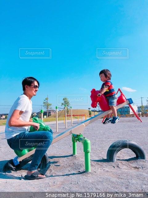 公園で遊んでいる親子の写真・画像素材[1579166]