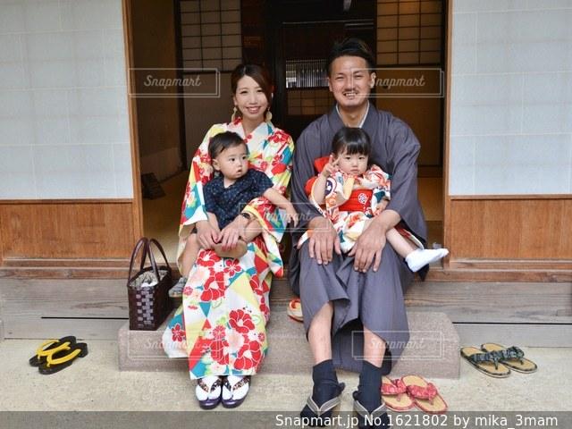 カメラにポーズする家族の写真・画像素材[1621802]