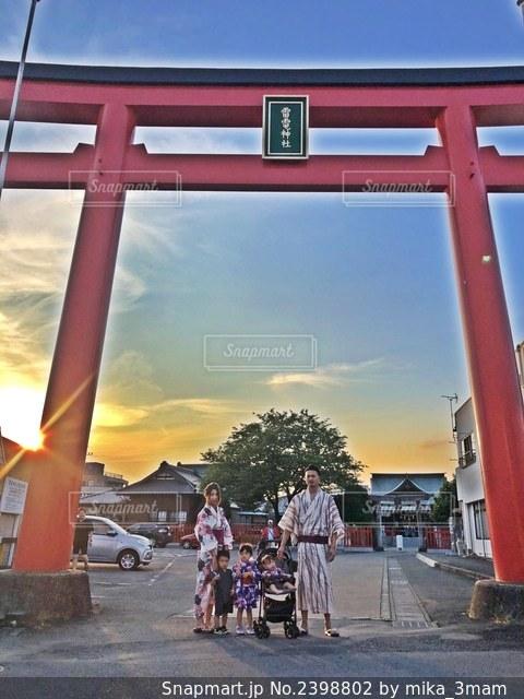 鳥居の前に立っている家族の写真・画像素材[2398802]