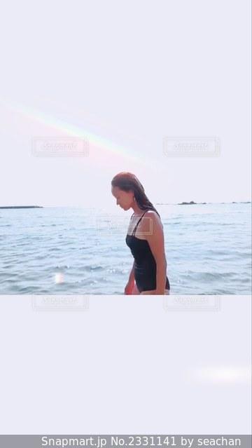 水域の隣に立っている人の写真・画像素材[2331141]
