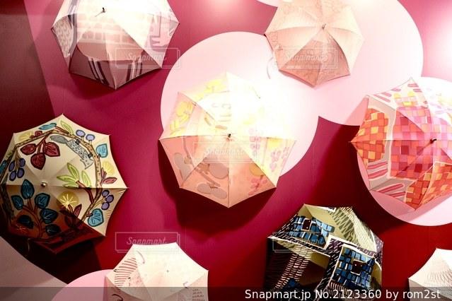 カラフルな傘の写真・画像素材[2123360]