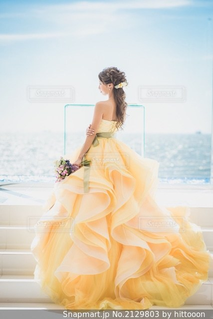 黄色いドレスを着た人の写真・画像素材[2129803]