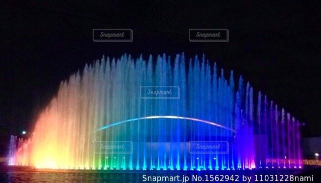 カラフルな噴水の写真・画像素材[1562942]
