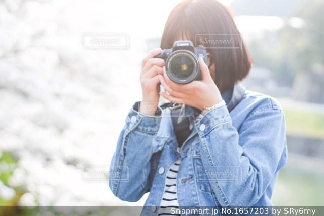 カメラを持っている人の写真・画像素材[1657203]