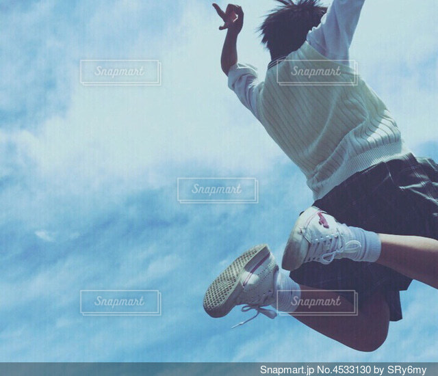 空を飛んでいる男の写真・画像素材[4533130]