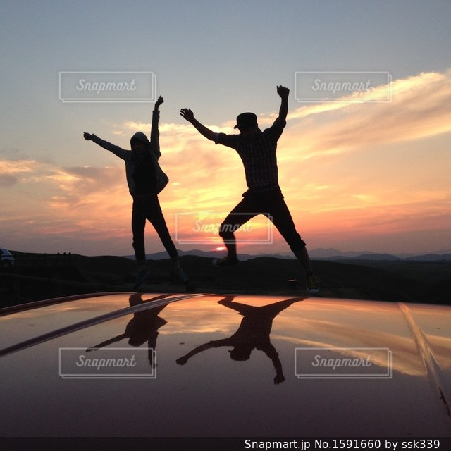 夕陽をバックにの写真・画像素材[1591660]