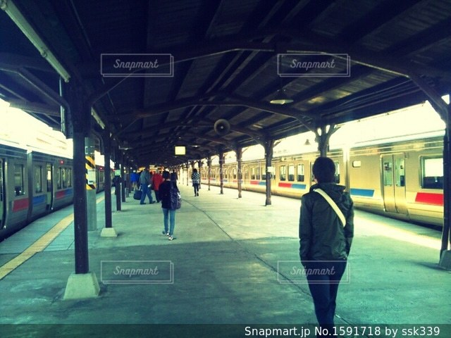 駅で待つ自分の写真・画像素材[1591718]