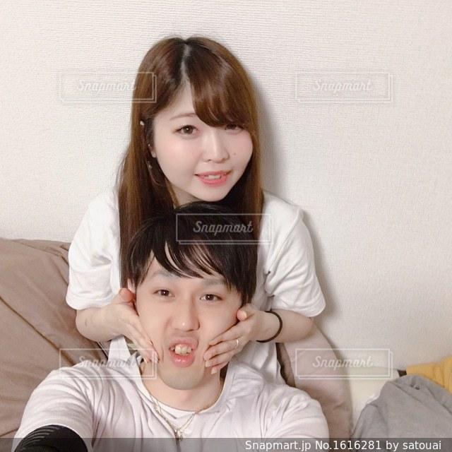 ベッドの上に座っている若い女の子の写真・画像素材[1616281]