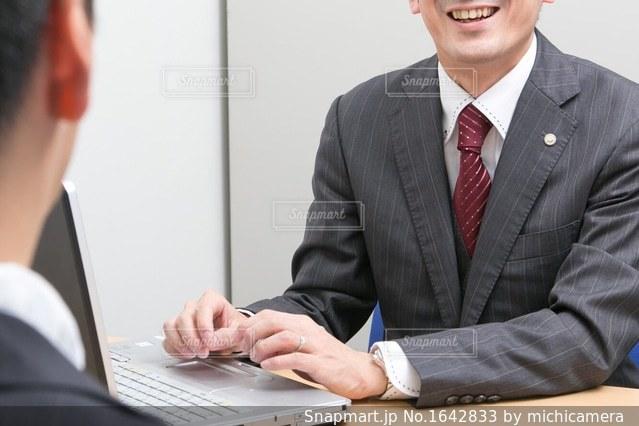 スーツとネクタイを着ている人の写真・画像素材[1642833]