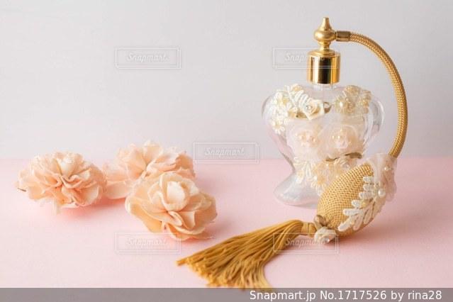 テーブルの上の花の花瓶の写真・画像素材[1717526]