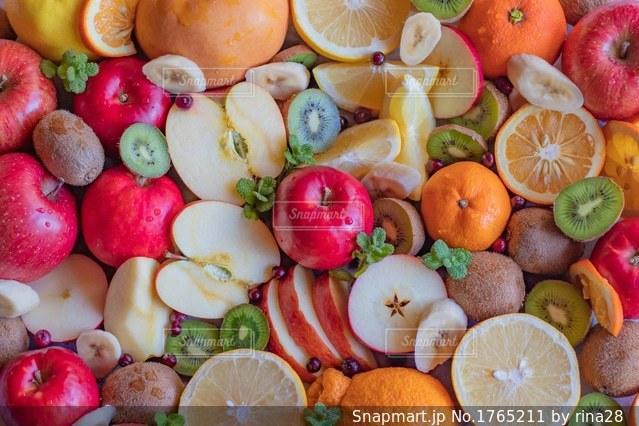 新鮮な果物や野菜の山の写真・画像素材[1765211]
