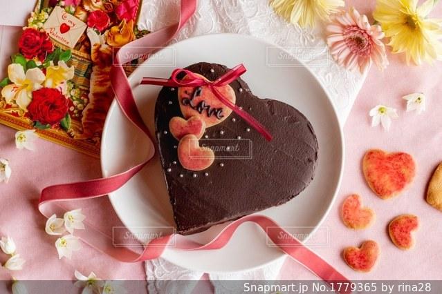 皿の上の果物とケーキの写真・画像素材[1779365]