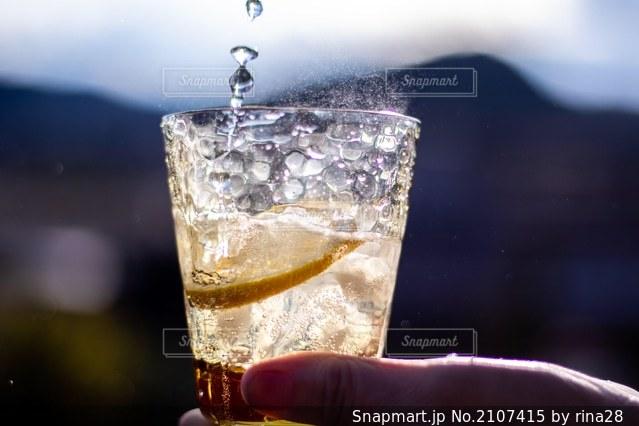 コップ一杯の水を持っている手の写真・画像素材[2107415]