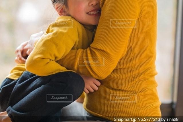 赤ん坊を抱いている人の写真・画像素材[2777213]