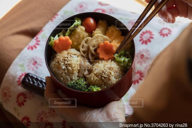 食べ物のボウルを持つ手の写真・画像素材[3704263]