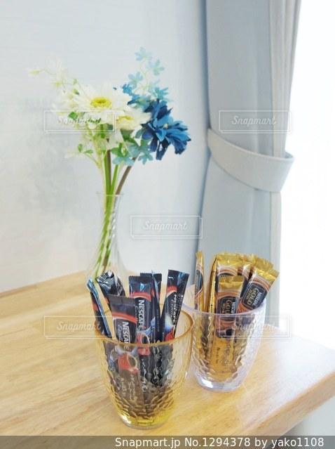 テーブルの上の花の花瓶の写真・画像素材[1294378]