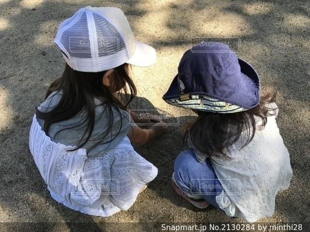 帽子をかぶった小さな女の子の写真・画像素材[2130284]