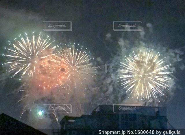 空に花火の写真・画像素材[1680648]