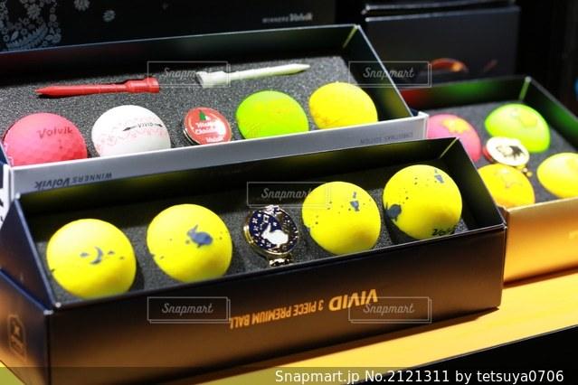 ビビットカラーのゴルフボールの写真・画像素材[2121311]